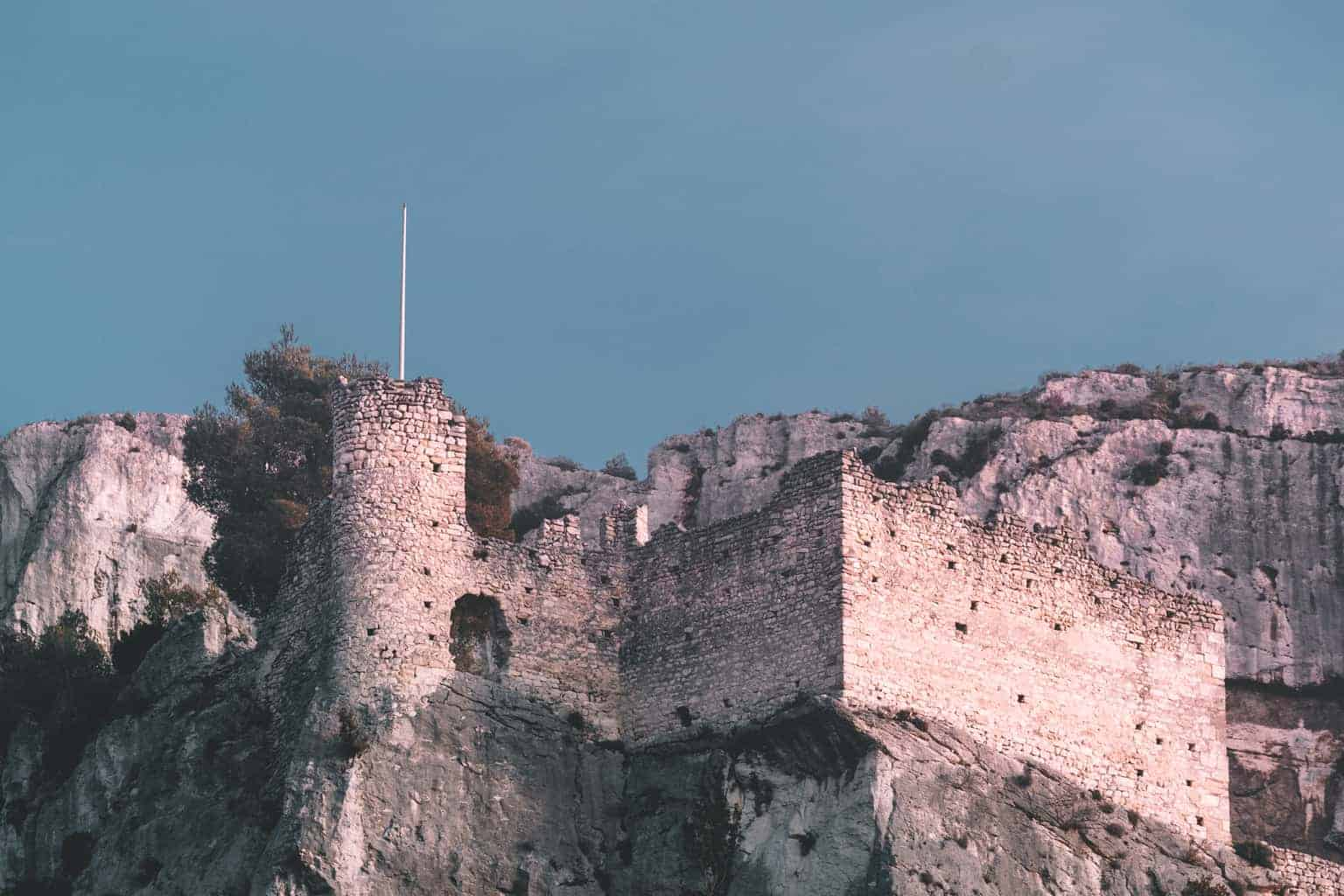 Secret castles in Provence – 10 Hilltop Ruins to Discover in France